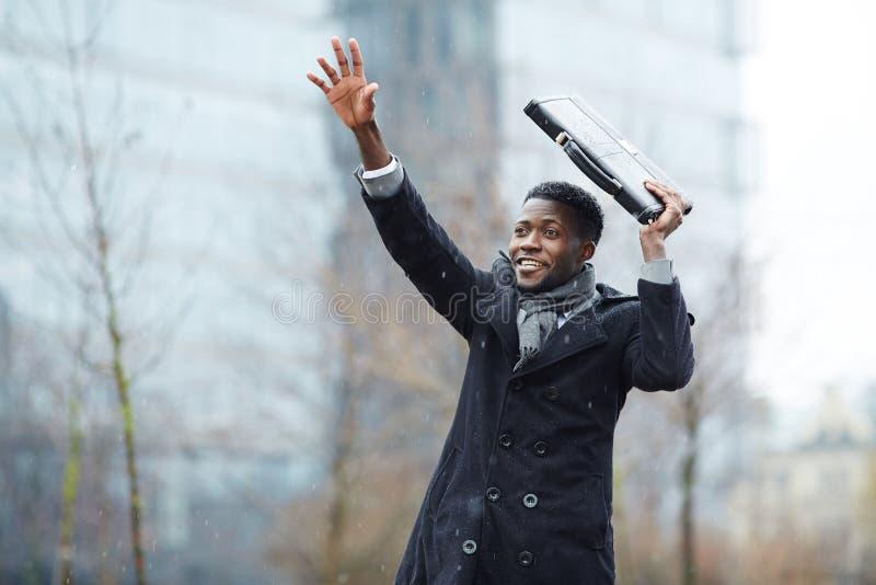 Táxi africano de Trying To Catch do homem de negócios fotografia de stock royalty free