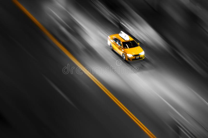 Táxi amarelo de New York City no movimento que apressa-se abaixo da rua imagens de stock