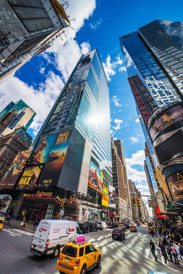 Táxi amarelo na 7a avenida e no Times Square NYC de Broadway imagens de stock