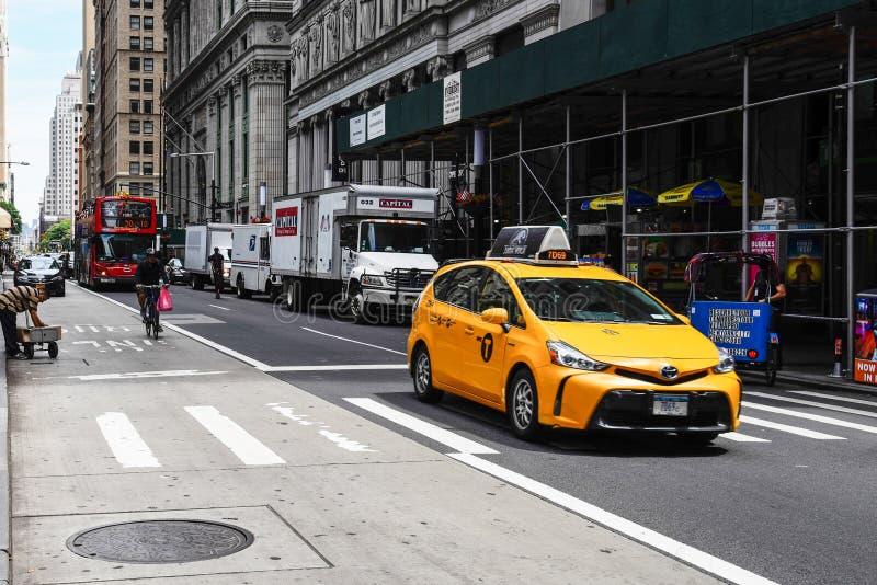 Táxi amarelo que apressa-se em Broadway no distrito financeiro em Yor novo foto de stock royalty free