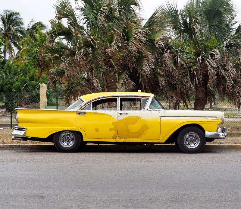 Táxi amarelo restaurado em Playa Del Este Cuba imagens de stock royalty free