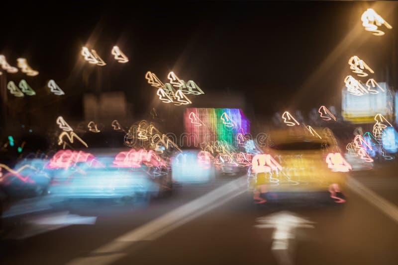 Táxi amarelo, tráfego urbano da noite da rua, luzes dos carros no crepúsculo na estrada da cidade Conceito do transporte Sumário imagem de stock