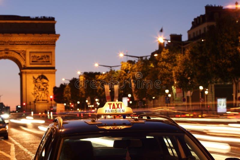 Táxi de Paris pelo arco de Triunfo fotos de stock