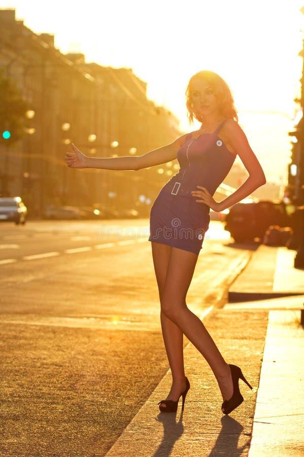 Táxi de saudação da mulher fotografia de stock