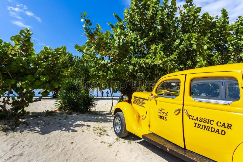 Táxi do carro de Vinage ao lado da praia em Trinidad imagem de stock royalty free
