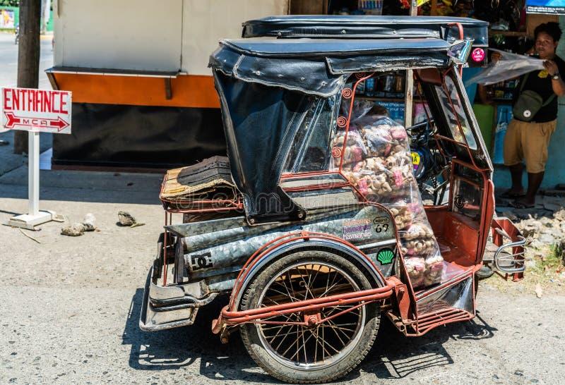 Táxi do motor-triciclo da entrega da mercadoria no movimento em Puerto Princesa, Palawan, Filipinas fotografia de stock royalty free