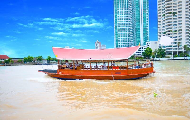 Táxi do rio que transporta passageiros imagens de stock royalty free