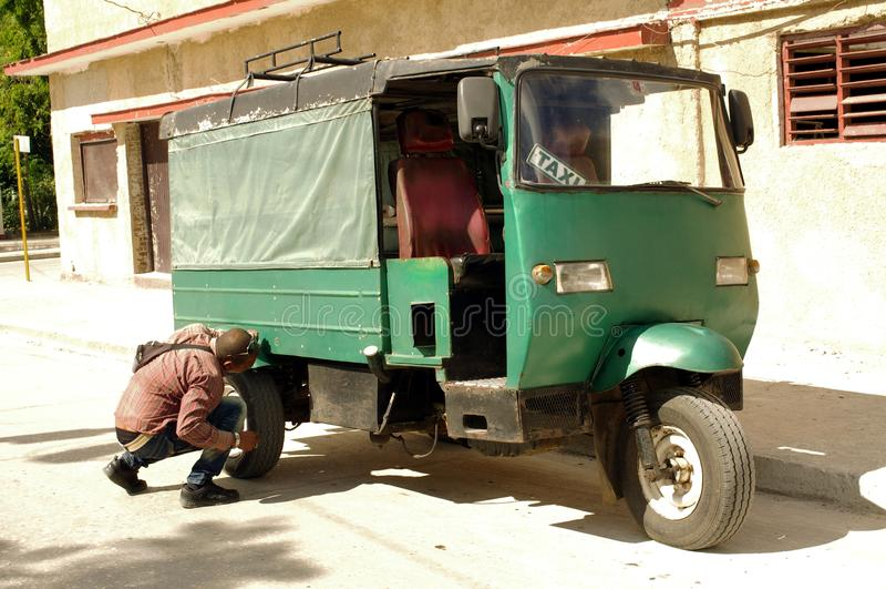 Táxi do 'trotinette' de motor do triciclo em Cuba fotografia de stock royalty free