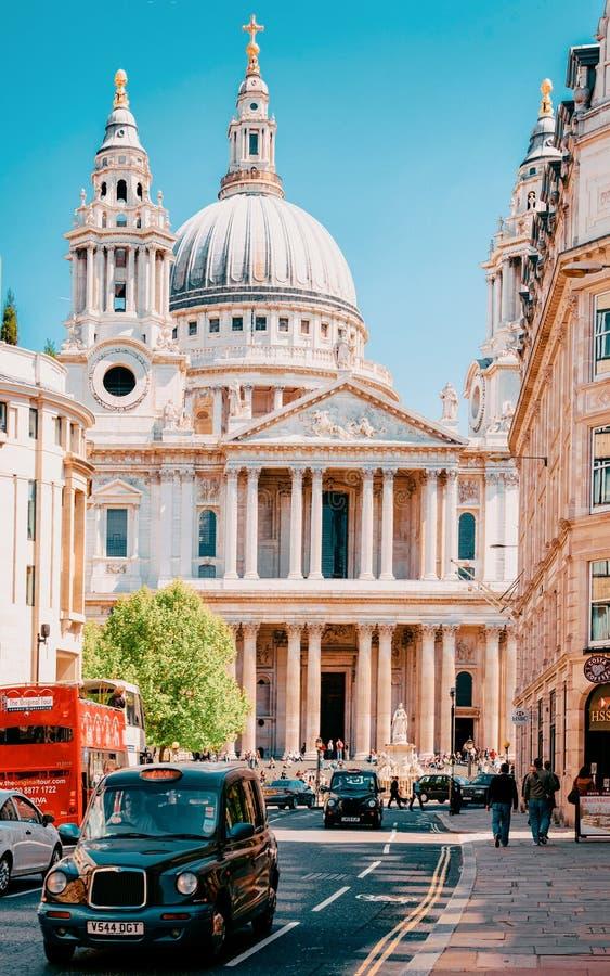 Táxi e rua movimentada do táxi em St Paul Cathedral London fotos de stock