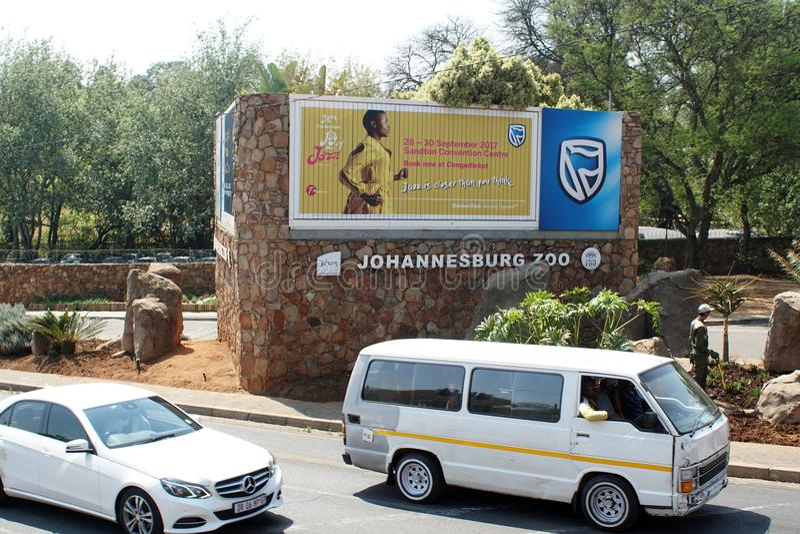 Táxi na frente do jardim zoológico de Joanesburgo imagem de stock royalty free