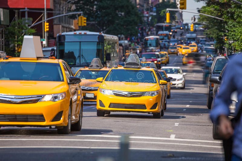 Táxi 5o avoirdupois New York Manhattan do amarelo da avenida de Fift foto de stock