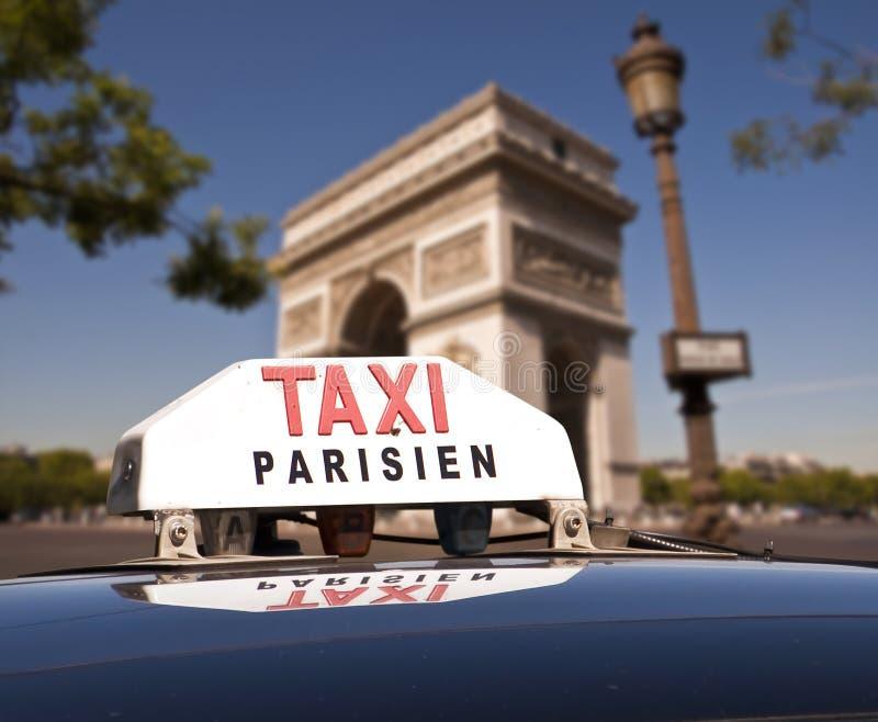 Táxi parisiense, Arco do Triunfo fotografia de stock