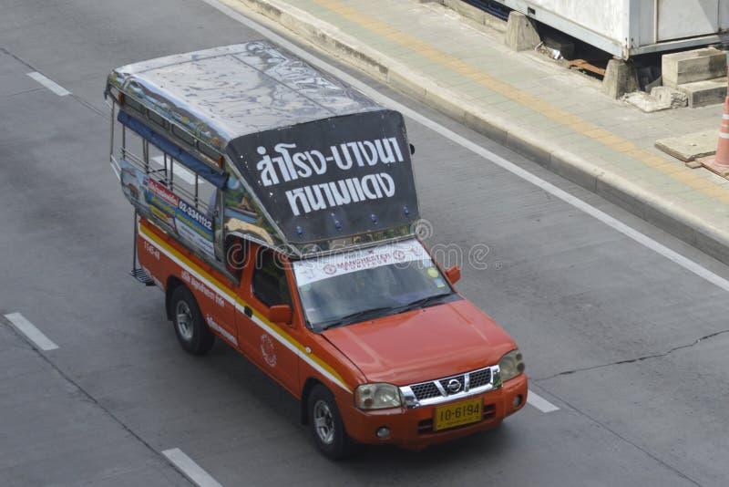 Táxi vermelho do caminhão de Nissan Pickup imagem de stock