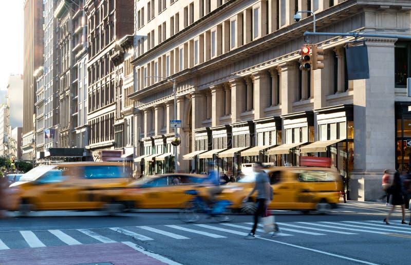 Táxis amarelos em movimento na 5ª Avenida pelo centro de Manhattan Nova Iorque fotos de stock royalty free