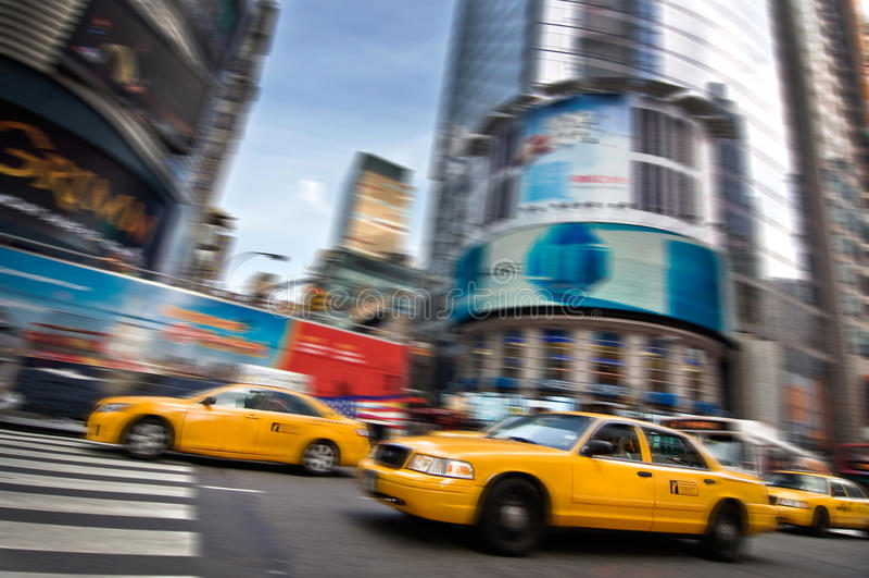 Táxis amarelos nas ruas de Manhattan, New York imagem de stock