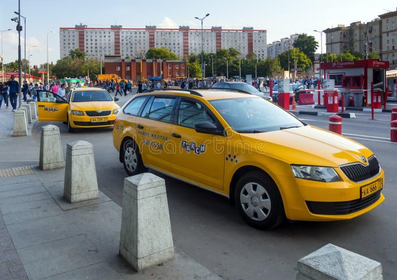 Táxis amarelos que esperam passageiros na área da estação de trem de Kursk a cidade de Moscou imagem de stock royalty free