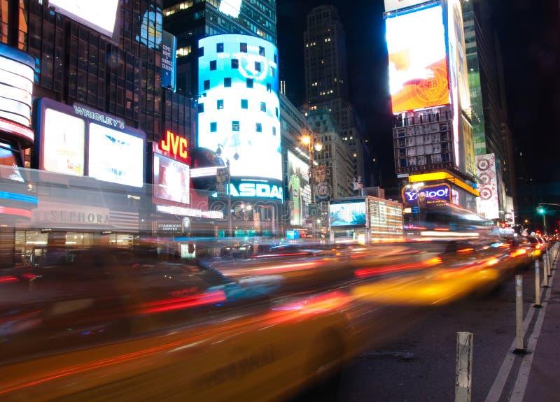 Táxis dos Times Square que passam perto fotos de stock