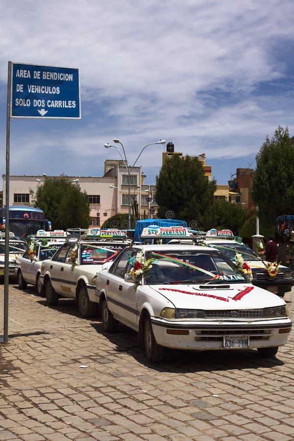 Táxis que estão na linha para abençoar em Copacabana, Bolívia fotografia de stock