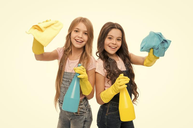Tâches ménagères Petite aide Les filles, les enfants mignons adorent se laver Gardez la propreté Commençons à nettoyer Nettoyage  image libre de droits