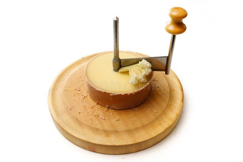 Tête DE Moine of de hoofdkaas van de monnik in een girolle, een speciaal mes om dunne die spaanders in vorm van rozetten te snij stock afbeelding
