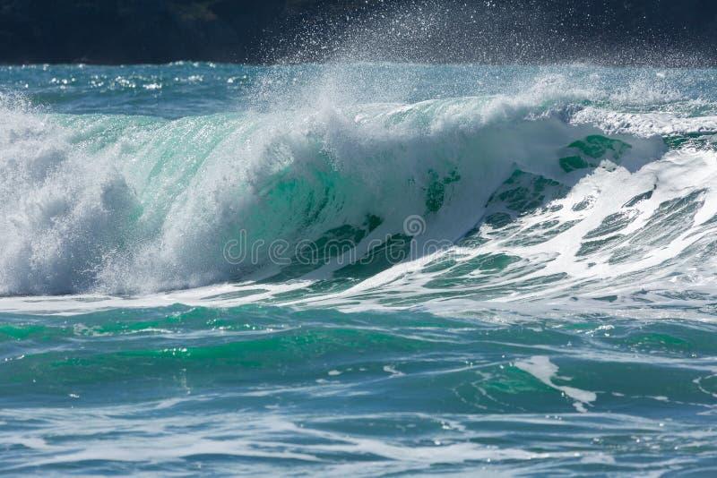 Türkis-Wellen, die auf der kornischen Nordküstenlinie, Fistral-Strand brechen stockfoto