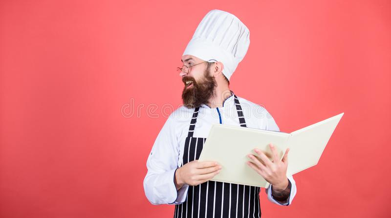 Tão alegre Cozinheiro farpado do homem na cozinha, culinária Cozimento saudável do alimento Dieta e alimento biológico, vitamina  foto de stock