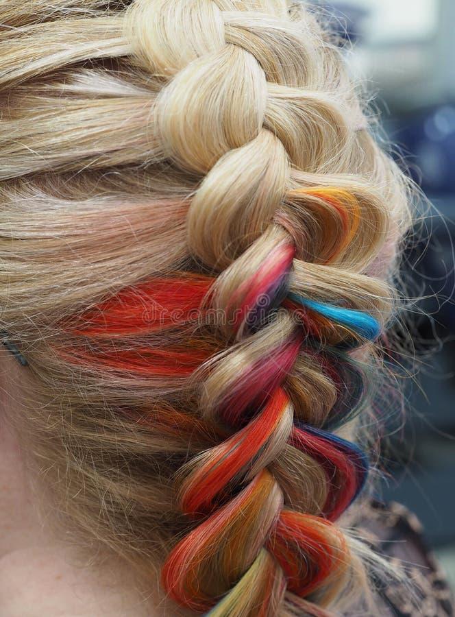 Tęcza włosy w warkoczu Splatać zamknięty w górę fotografia stock
