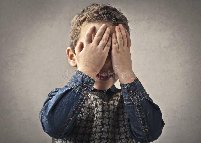 Täckande övre för pojke hans ögon royaltyfria bilder