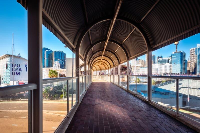 Täckt fot- passage som förbinder några viktiga dragningar i Darling Harbour, Sydney, Australien royaltyfria bilder