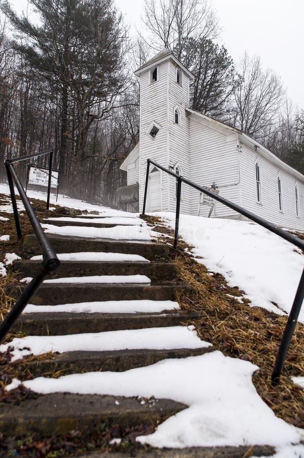 Täckt snö - övergiven Mt Zion United Methodist Church - Appalachian berg - West Virginia royaltyfri bild