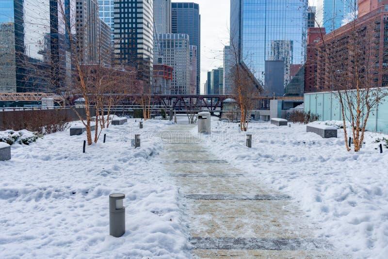 Täckt snö parkerar på Wolf Point i Chicago royaltyfri bild