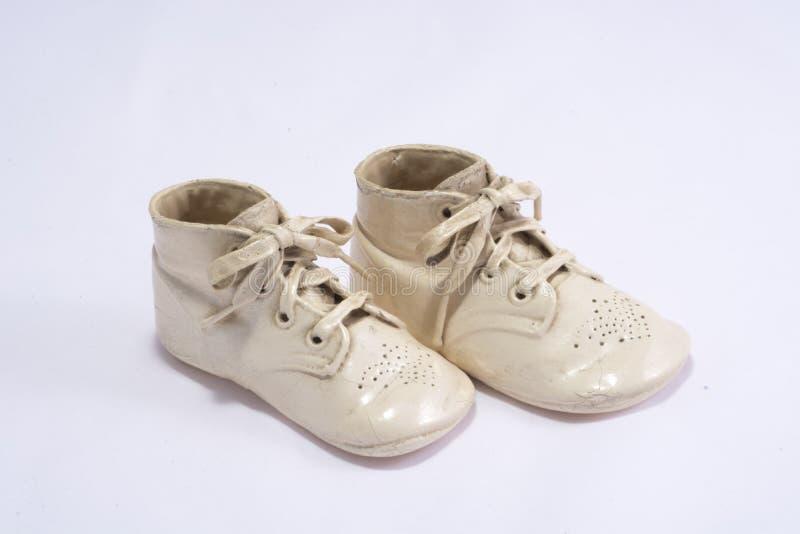 Täckte keramiska behandla som ett barn skor arkivfoto