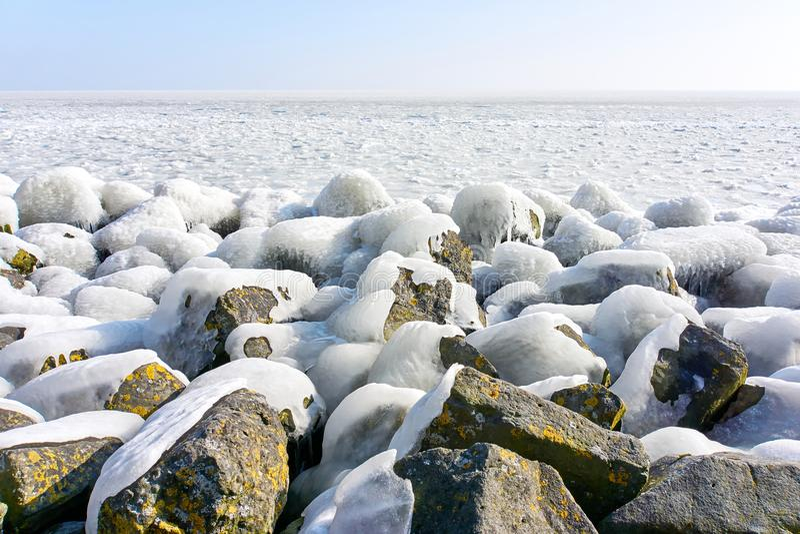 Is täckte stenar under en blå himmel royaltyfri bild