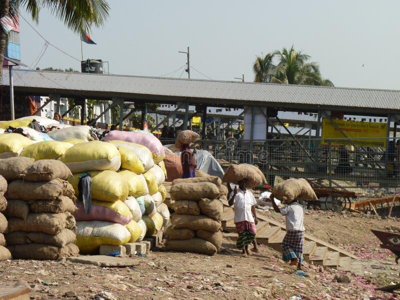 Tägliche Arbeitskraft Dhaka Bangladesch Fluss von burigonga lizenzfreies stockbild