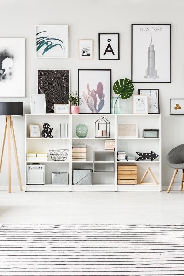 Täglicher Raum mit Galerie lizenzfreies stockfoto