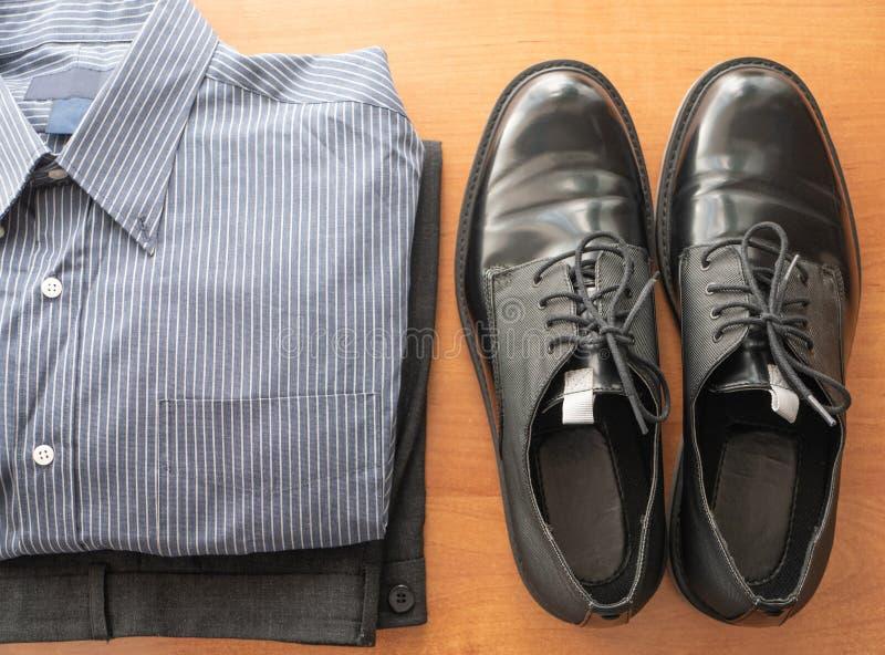 Täglicher Satz von bemannt Abnutzungskleidung für Büroangestellten - Hosen, formales Hemd und Paare der glatten Schuhe stockbild