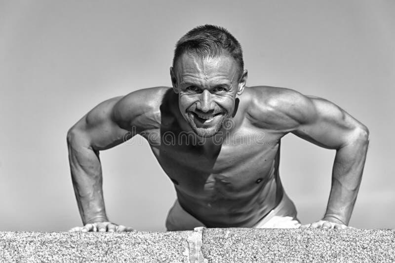 Tägliches Übungskonzept Drücken Sie ups Herausforderung Motiviertes Training des Mannes draußen Sportler verbessert seine Stärke  stockfotografie
