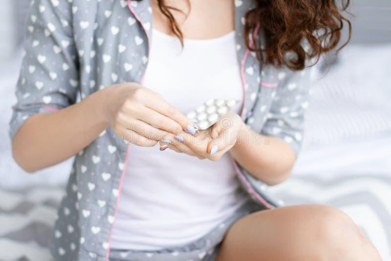 Tägliches Programm Junge Frau mit aking Medizin des gelockten Haares lizenzfreie stockfotografie