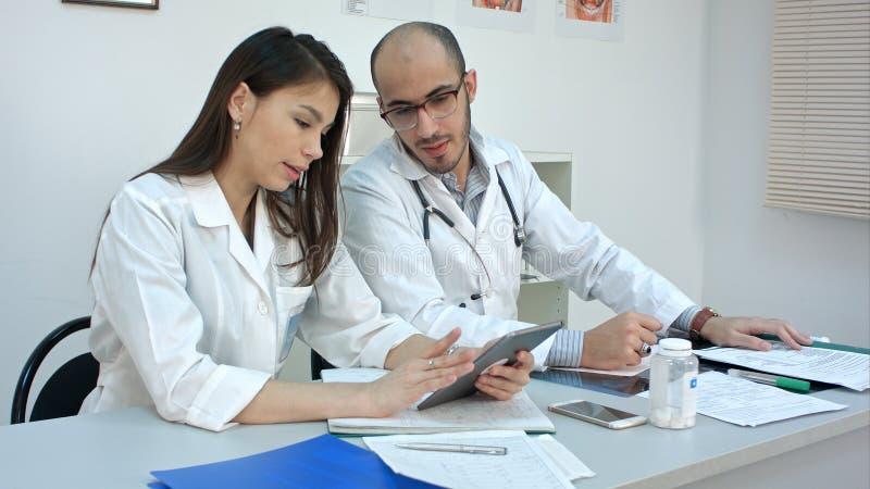 Tägliches Programm von medizinischen Arbeitskräften im Büro stockbild