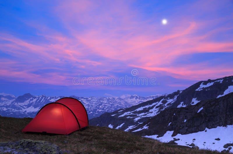Rött tält arkivfoto. Bild av klimat, campa, archy 36577350