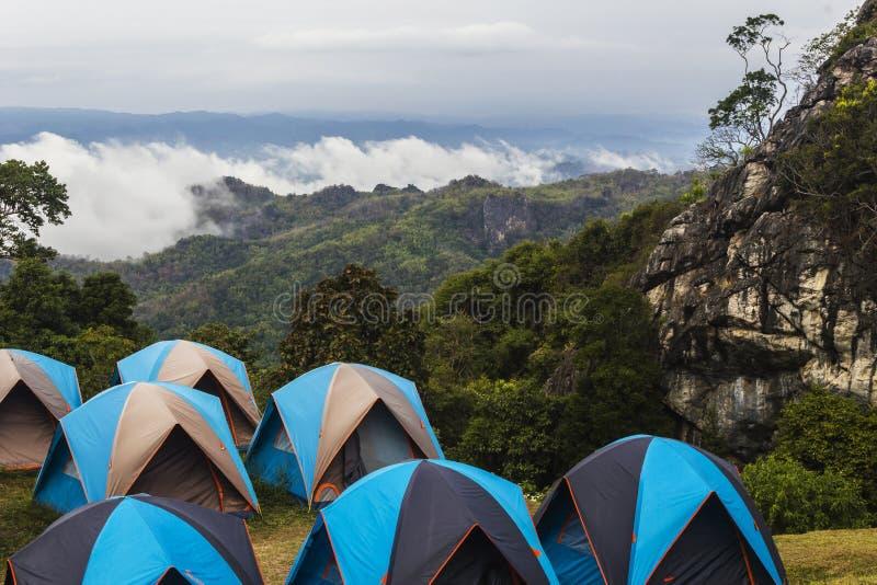 Tält för utomhus- aktivitet som campar bland berget royaltyfria foton