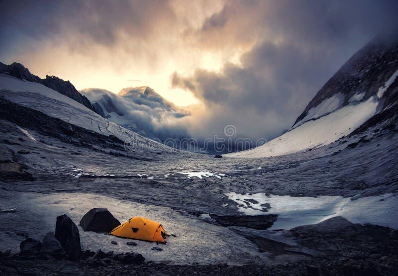 Tält i berget arkivfoto