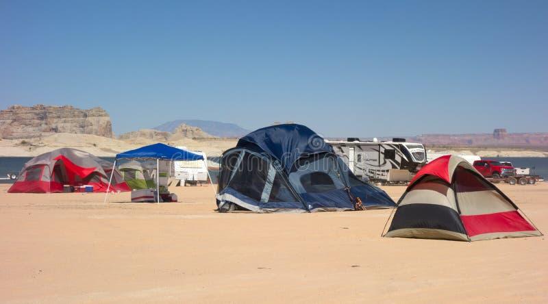 Tält kastade in öknen bredvid en behållare i sommartiden royaltyfria foton