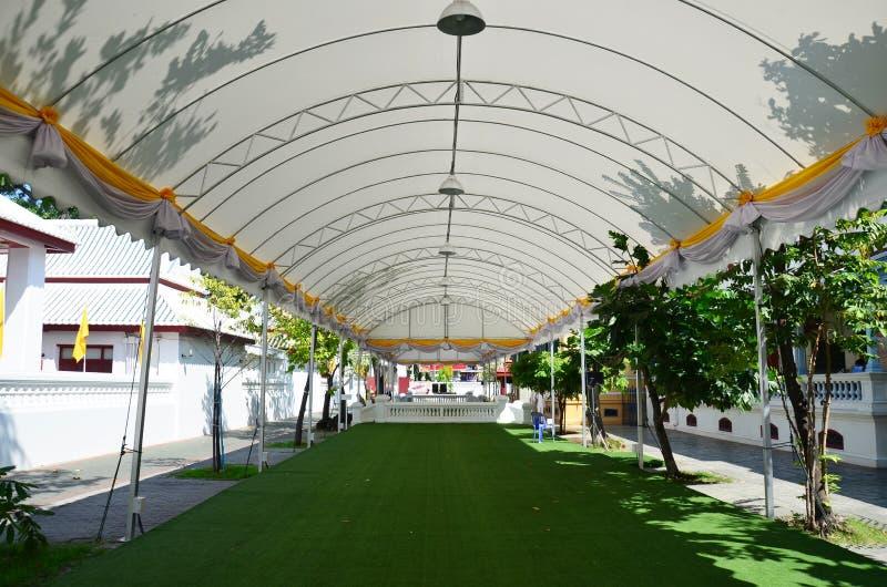 Tält med konstgjord torva på Wat Bowonniwet Vihara arkivbilder