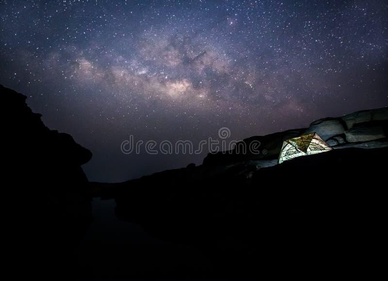 Tält mot Vintergatan på Thailand arkivfoton