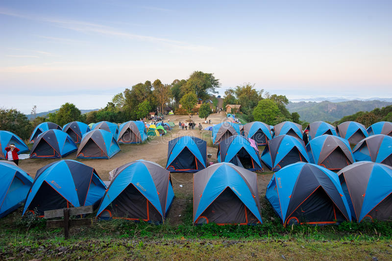 Tält på berget fotografering för bildbyråer