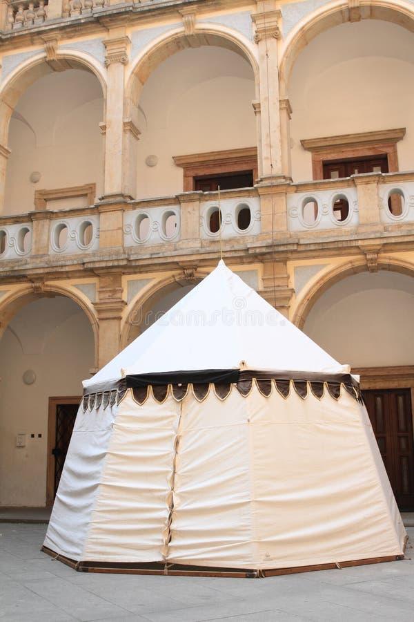 Tält på borggård av kloster i Jicin royaltyfri fotografi