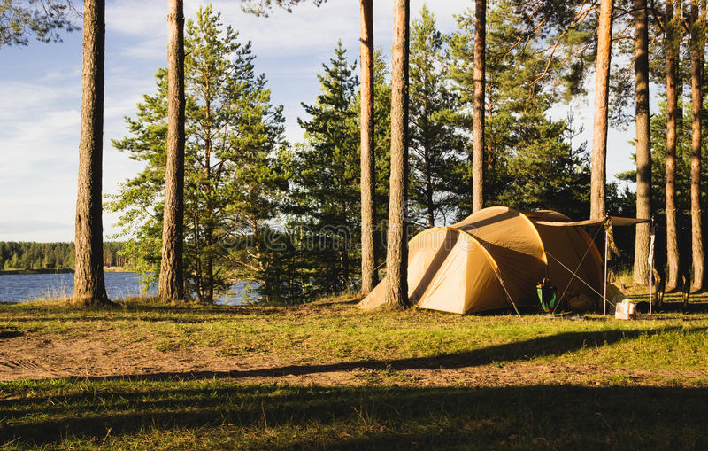 Tält på kusten av sjön arkivfoto
