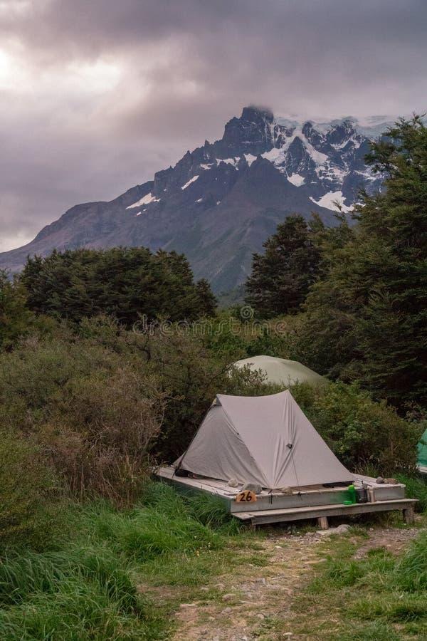 Tältet kastade på plattformen med berget royaltyfri bild