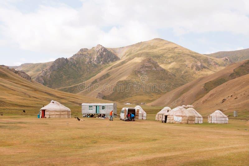 Tältläger med hem av det lokala nomad- asiatiska folket i en härlig bergdal royaltyfri bild